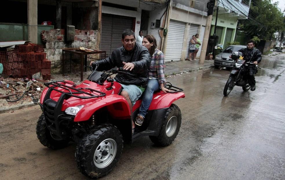 Durante chuvas em Xerém, em 2013, Zeca Pagodinho percorreu ruas para ajudar moradores da região (Foto: Cléber Júnior/ Agência O Globo / Arquivo)