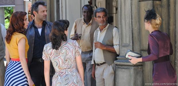 No meio da rua, Iolanda defende Mundo das acusações de assédio (Foto: Joia Rara/TV Globo)