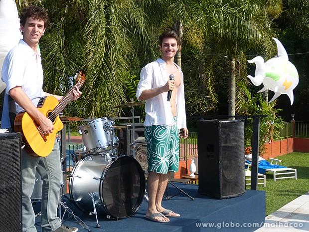 Martin canta uma música para Anita e interrompe papo com Ben (Foto: Malhação / TV Globo)