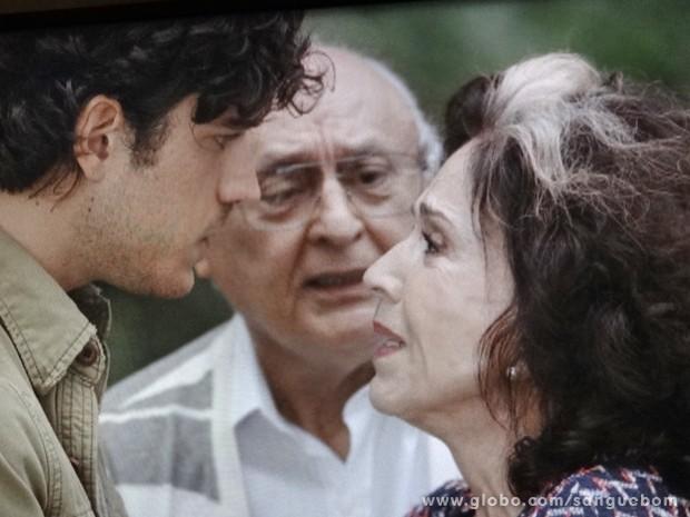 Glória conta toda a verdade para o neto, mas Eliseu desmente a patroa (Foto: Sangue Bom/TV Globo)