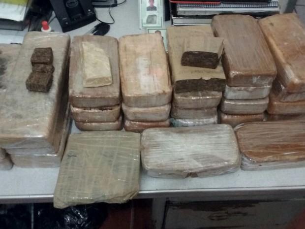 Grupo portava quase 30 kg de pasta base de cocaína dentro de carro, em Jaraguá, Goiás (Foto: Divulgação/ PM)