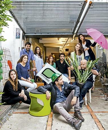 Área externa: os sócios Thiago Rodrigues (em pé, de camisa azul), Antonio Carlos (de preto) e Lula Gouveia (segurando a planta) com o time do Superlimão Studio (Foto:  Lufe Gomes/ Editora Globo)