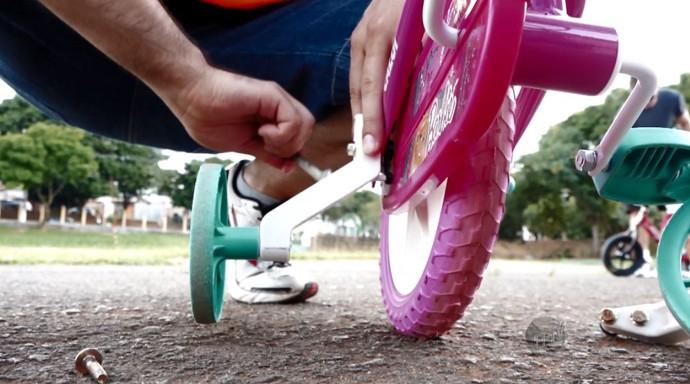 Para a criançada, tirar as rodinhas de apoio é a primeira etapa para conseguir se equilibrar na bike (Foto: reprodução EPTB)