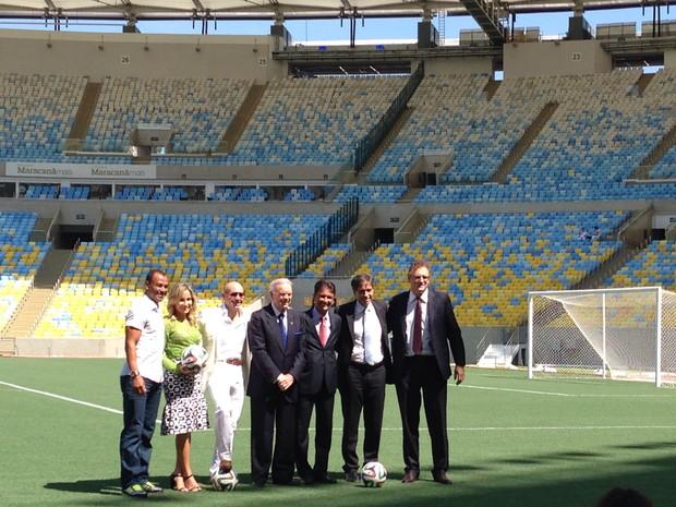 Claudia Leitte e Pitbull posaram com representantes da Fifa e Cafu (Foto: Káthia Mello / G1)