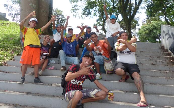 Torcedores Millonarios Curitiba (Foto: Monique Silva)