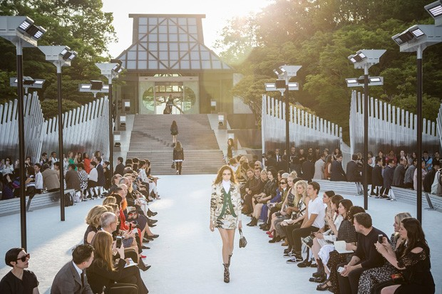 KOKA, JAPAN - MAY 14:  Models showcase the design on runway during the Louis Vuitton Resort 2018 show at the Miho Museum on May 14, 2017 in Koka, Japan.  (Photo by Jean Chung/Getty Images) (Foto: Getty Images)
