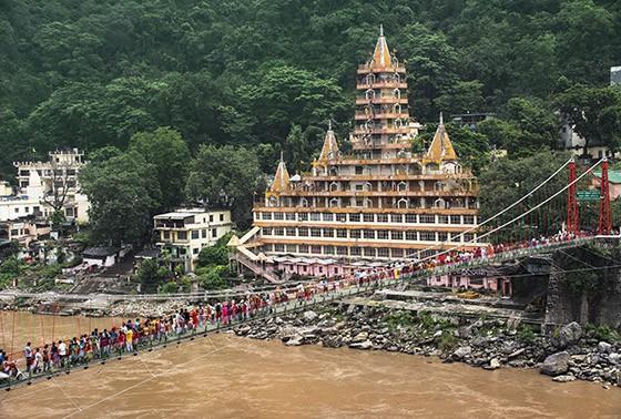 A ponte Lakshman Jhula e o templo Tera Manzil de 13 andares em frente ao rio Ganges em Rishikesh  (Foto: © Haroldo Castro/Época)