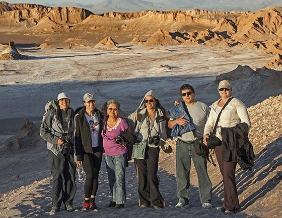 Mitiko Magalhães (de camisa roxa, no centro) com um grupo de viajantes no Vale da Lua, no deserto do Atacama, no Chile  (Foto: © Haroldo Castro/Época)