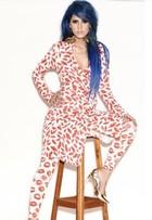 Tati Zaqui usa look de R$ 1,3 mil com estampa sexy em festa de ensaio nu