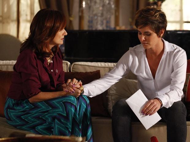 Berna consola Aisha, mas não revela a verdade sobre sua adoção (Foto: Salve Jorge/TV Globo)