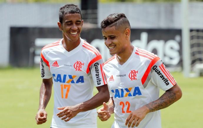 Everton e Gabriel, treino do Flamengo (Foto: Cezar Loureiro / O Globo)