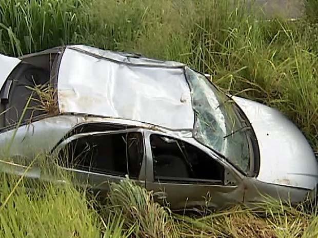 Veículo foi parar em vala na BR-050 (Foto: Reprodução/TV Integração)