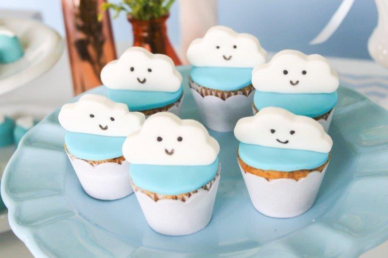 Cupcakes de baunilha com nuvens em pasta americana  (Foto: Divulgação/Aline Amorim)