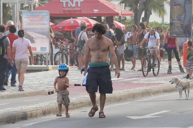 Eriberto Leão com a família na orla (Foto: Fabio Moreno / Foto Rio News)