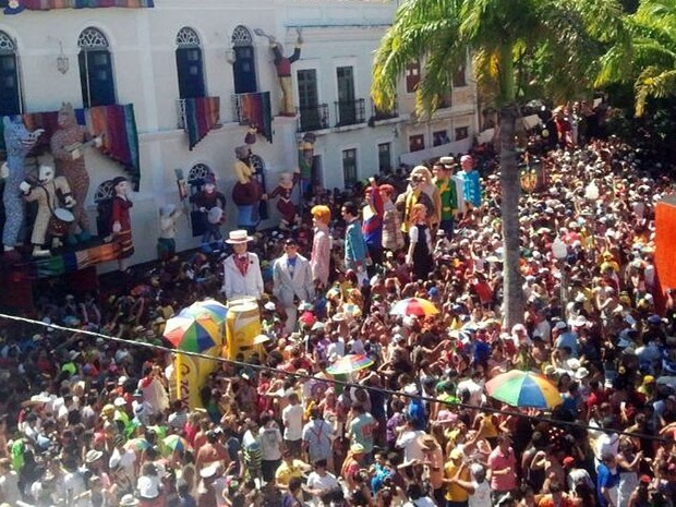 Bonecos gigantes chegam à praça em frente à Prefeitura de Olinda (Foto: Katherine Coutinho / G1)