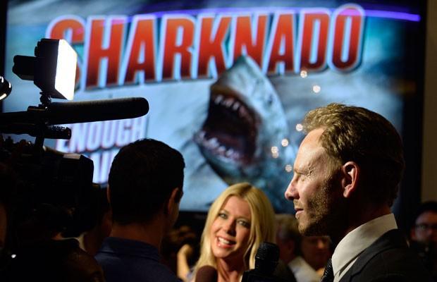 Os atores Ian Ziering e Tara Reid na estreia de 'Sharknado' em cinema de Los Angeles. (Foto: Frazer Harrison/France Presse)