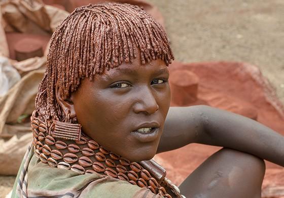 No mercado de Dimeka, uma mulher hamer vende argila que, misturada com manteiga ou gordura animal, gera a pasta que é usada no cabelo e no corpo (Foto: © Haroldo Castro/ÉPOCA)