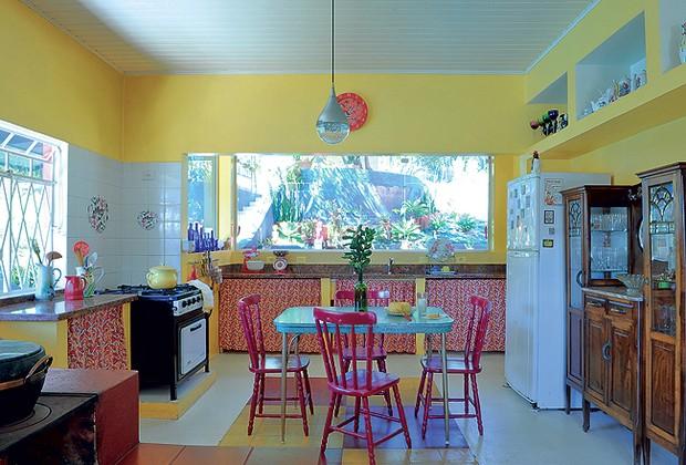 Além de preparar comidas saborosas, o fogão a lenha divide a cozinha. A panela de pedra é presente da irmã da morador (Foto: Codo Meletti e Marcelo Magnani )