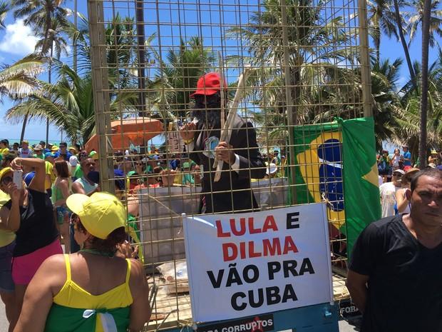 Manifestação em Maceió tem manifestante simulando a prisão do ex-presidente Lula (Foto: João Neto/G1)