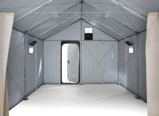 Diferentemente de uma barraca, os moradores podem ficar de pé dentro do abrigo (Foto: Divulgação/ Better Shelter)