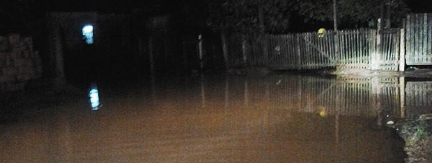 Água nas ruas tirou o sono de moradores na Zona Norte de Porto Alegre (Foto: Paulo Ledur/RBS TV)