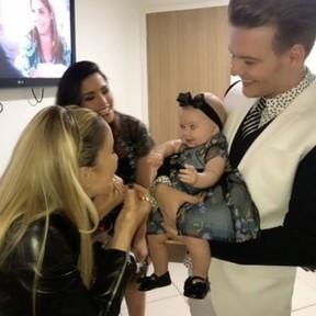 Claudia Leitte com Thaís Fersoza, Michel Teló e a pequena Melinda nos bastidores do The Voice Brasil (Foto: Instagram/ Reprodução)