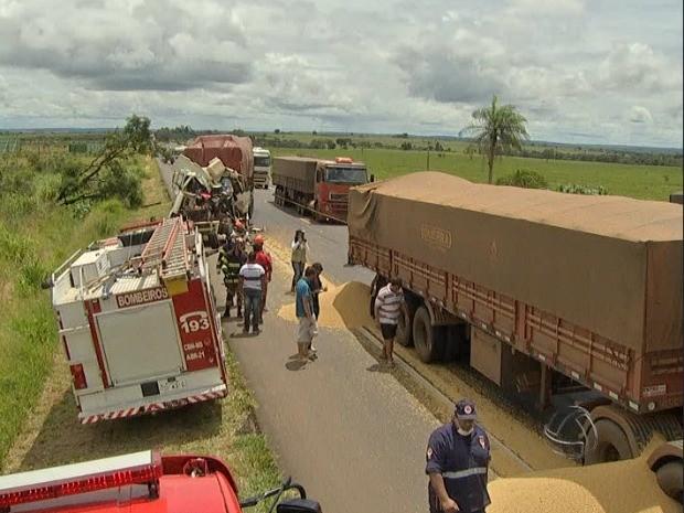 Homem morre após acidente entre carretas na BR-163 em Campo Grande (Foto: Reprodução/TV Morena)