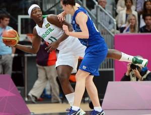 Clarissa Santos basquete Brasil x França Jogos de Londres (Foto: Mark Ralston/AFP)