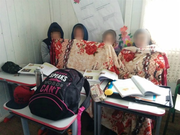 Alunos levaram cobertores para sala de aula em São Joaquim (Foto: Mycchel Legnaghi/São Joaquim Online)