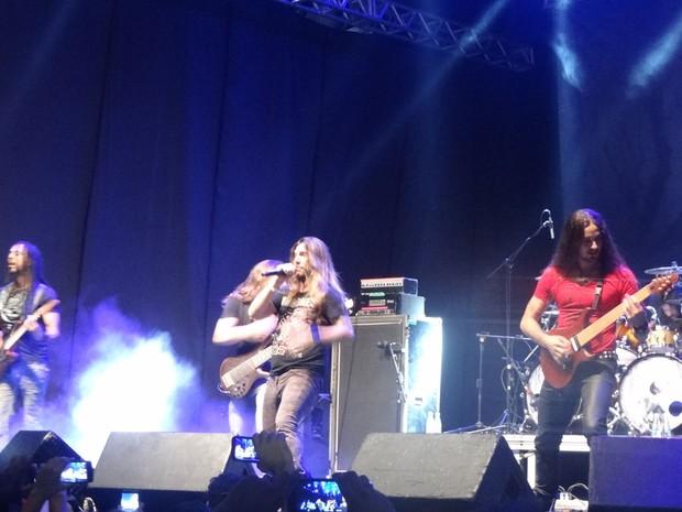 Almah, liderada pelo vocalista Eduardo Falaschi, teve público cantando todas as letras no show do Abril Pro Rock de sábado (25). (Foto: Maurício Penedo / G1)