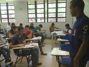 Estudantes fazem vestibular da UFG, em Goiânia (Foto: Gabriela Lima/G1)