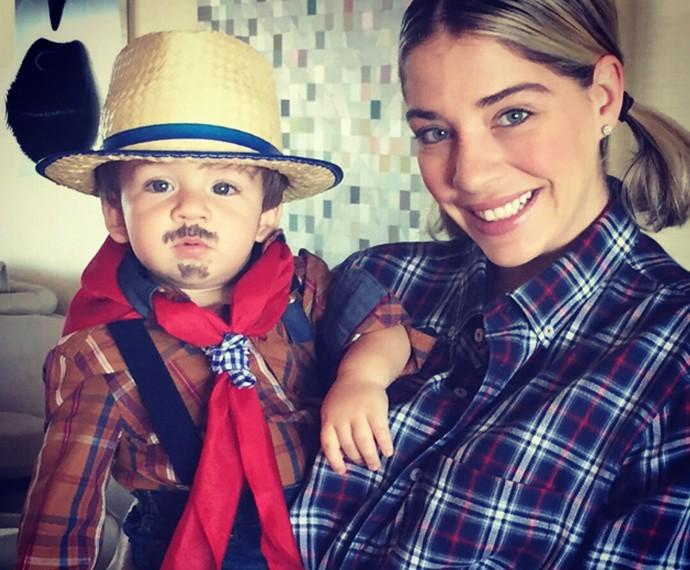 Luma Costa posa com o filho, Antônio, vestido de caipira (Foto: Arquivo pessoal)