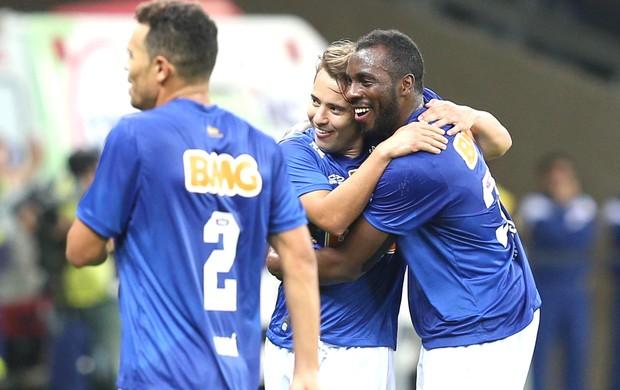 Everton Ribeiro e Manoel Comemoram gol do Cruzeiro contra o Vitória (Foto: Cristiane Mattos / Futura Press)