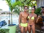 Aline Riscado e Felipe Roque exibem a boa forma com look praia combinando