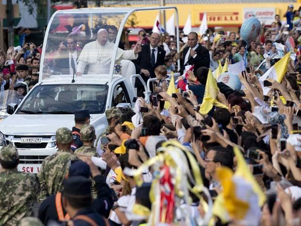 Papa Francisco acena para a multidão que em Assunção, no Paraguai (Foto: AP Photo/Natacha Pisarenko)