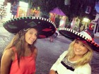 Flávia Alessandra e a filha posam com sombreiros na cabeça