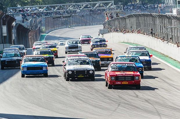 Largada de uma das baterias da Old Stock Race em Interlagos (Foto: Divulgação/Andre Lemes)