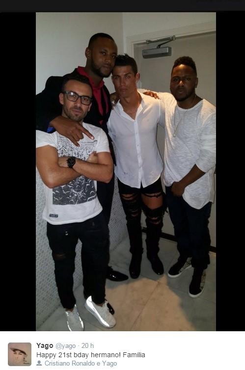 Cristiano Ronaldo em foto com amigos