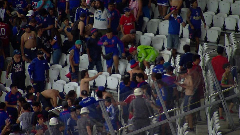 Torcedores chilenos durante confusão na Arena Corinthians (Foto: Reprodução/TV Globo)