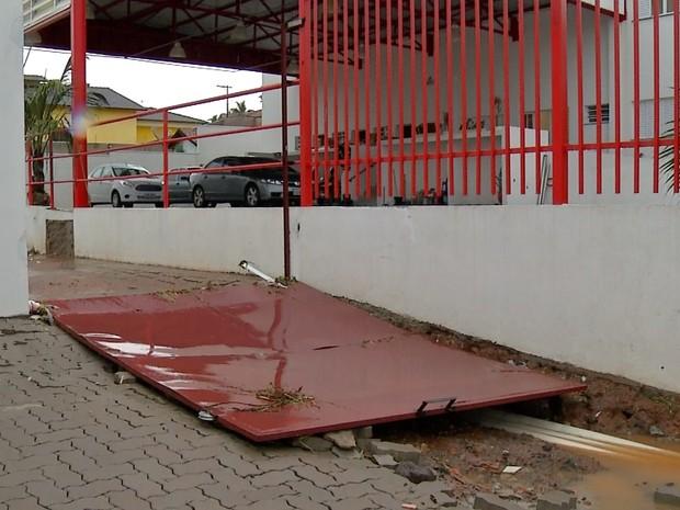 Bombeiros de Ferraz tiveram que derrubar portão principal para água da chuva escoar mais rapidamente (Foto: Reprodução/TV Diário)