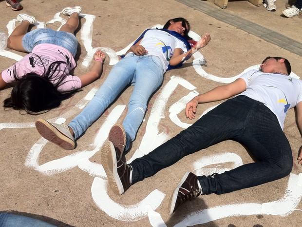 Segundo adolescentes, representação simula a morte da juventude negra no país (Foto: Luciana Amaral/G1)