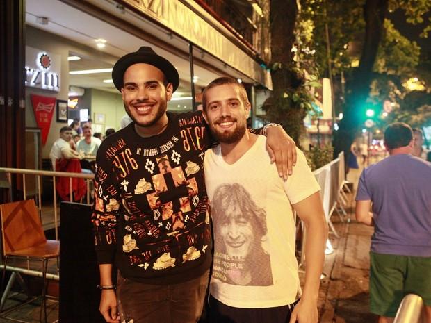 Hugo Gloss e Rafael Cardoso em festa n Zona Sul do Rio (Foto: Isac Luz/ EGO)