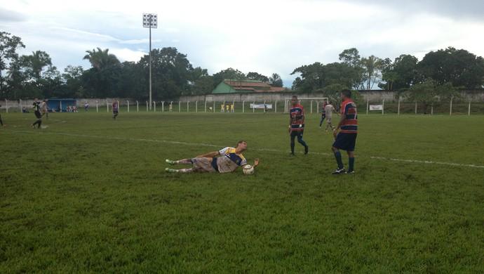 Tocantins e Palmas disputam partida em gramado molhado e com lama' (Foto: Vilma Nascimento/GloboEsporte.com)
