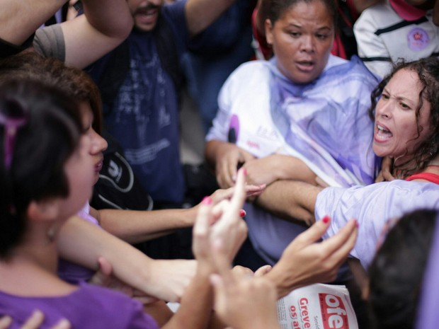 Protesto de mulheres na Avenida Paulista teve confusão nesta terça-feira (8) (Foto: André Lucas Almeida/Futura Press/Estadão Conteúdo)