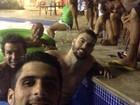 Neymar curte a madrugada com amigos em piscina