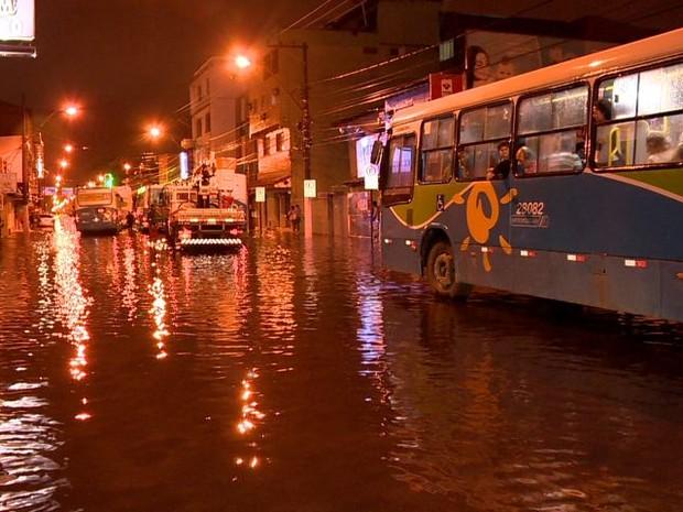 Avenidas de Vila Velha ficaram completamente alagadas, no Espírito Santo. (Foto: Reprodução/TV Gazeta)
