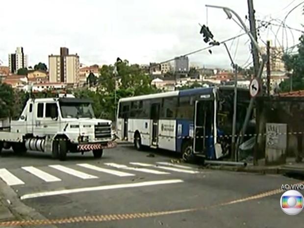 1fa8efed79f61 Ônibus bateu em poste na Rua Paulo de Faria, no Tucuruvi, Zona Norte de