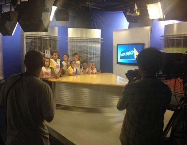 Alunos se divertem no estúdio do jornalismo (Foto: Reprodução / TV Diário)