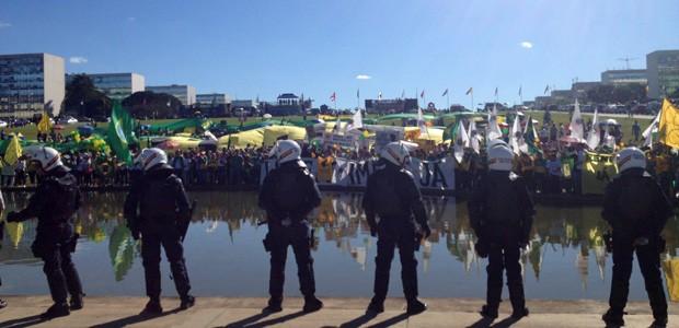 Policiais protegem o Congresso Nacional durante manifestação da Marcha dos Prefeitos (Foto: Fernanda Calgaro/G1)