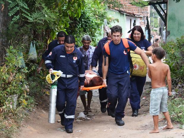 Após ser esfaqueada pelo marido, mulher foi socorrida pelo Serviço de Atendimento Móvel de Urgência (Samu) (Foto: Walter Paparazzo/G1)